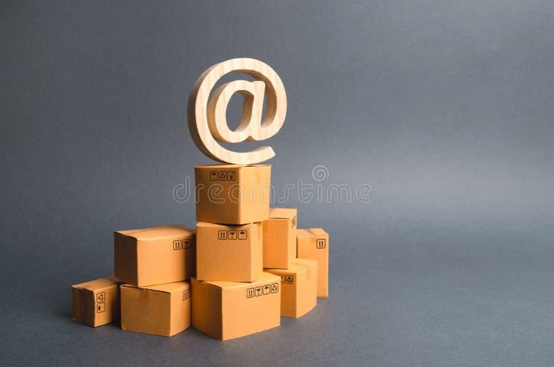 电子邮件标志商业在纸板箱堆 : 后勤学供应的自动化和发展,减少 免版税库存照片