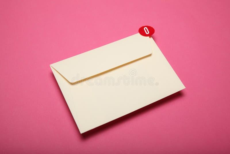电子邮件概念,企业闲谈通信 平的信封 应用程序 库存照片