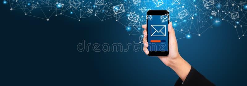 电子邮件营销和时事通讯概念 传送在sma的信息 库存图片