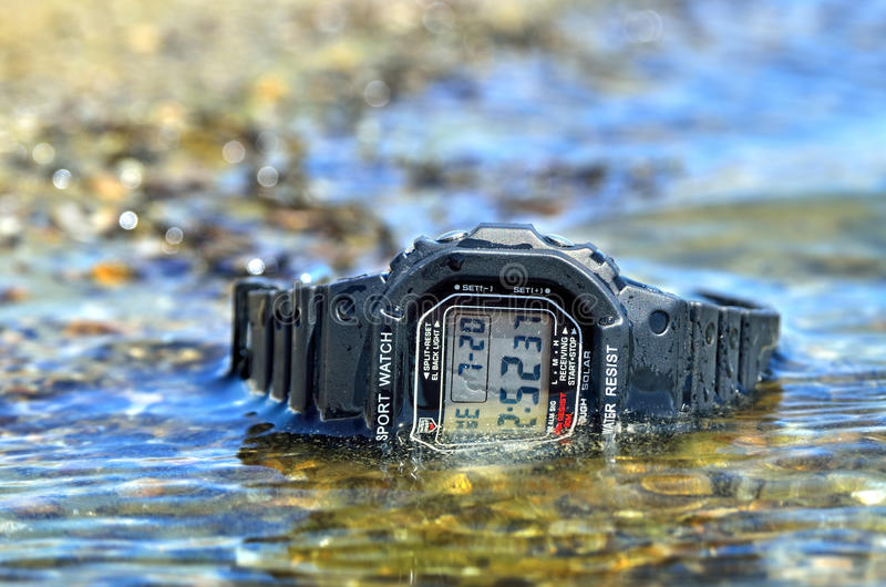 电子防水手表,浸没在水小河 免版税库存照片