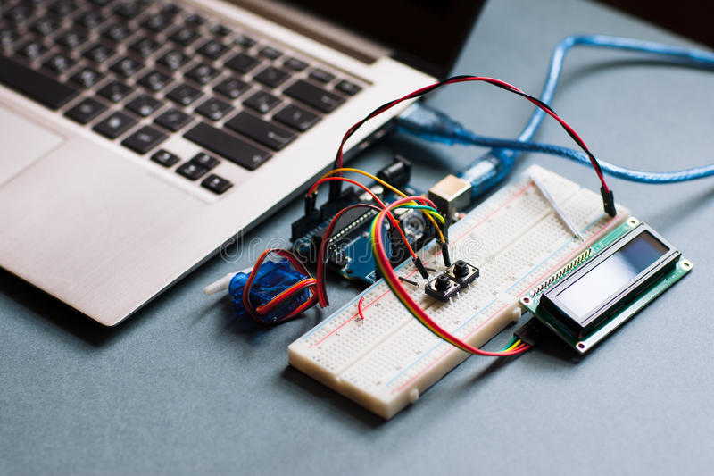 电子面包板被连接到计算机 免版税图库摄影