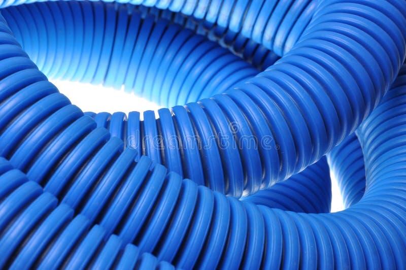 电子高压电缆的蓝色波纹状的管子 库存照片