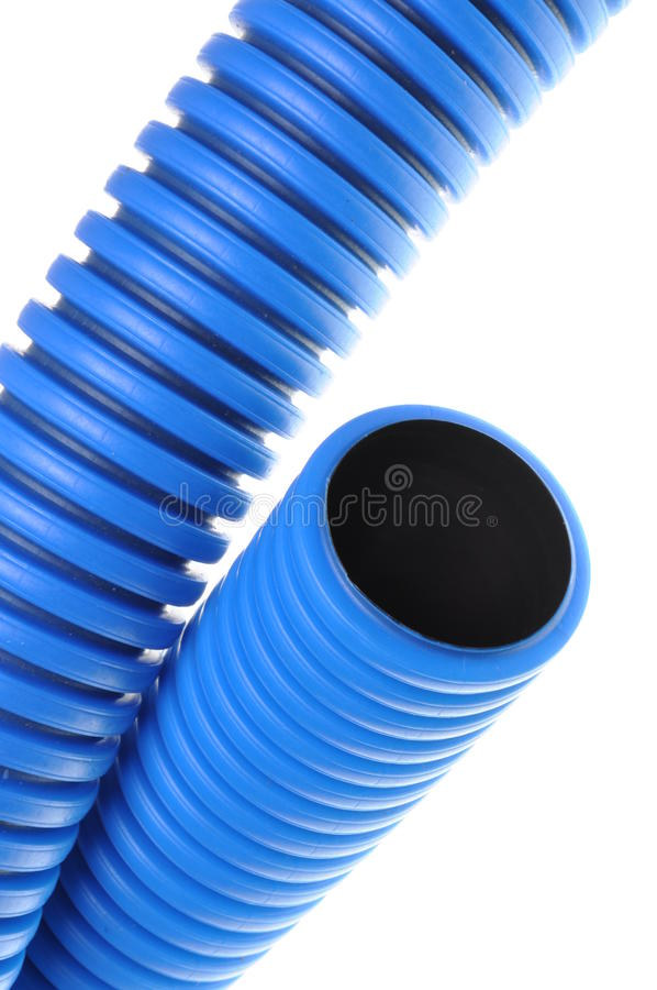 电子高压电缆的蓝色波纹状的管子 免版税图库摄影