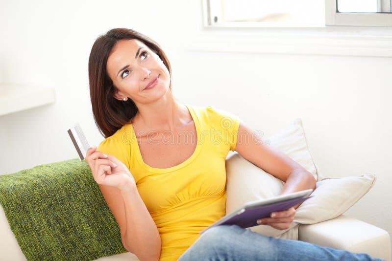 付电子付款的少妇计划 免版税库存照片