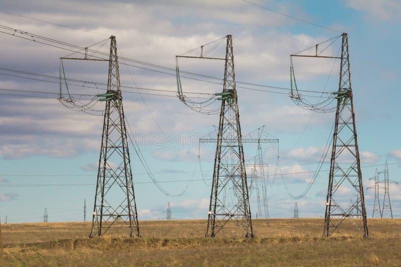 电定向塔和线在夏天调遣,晴天 库存照片
