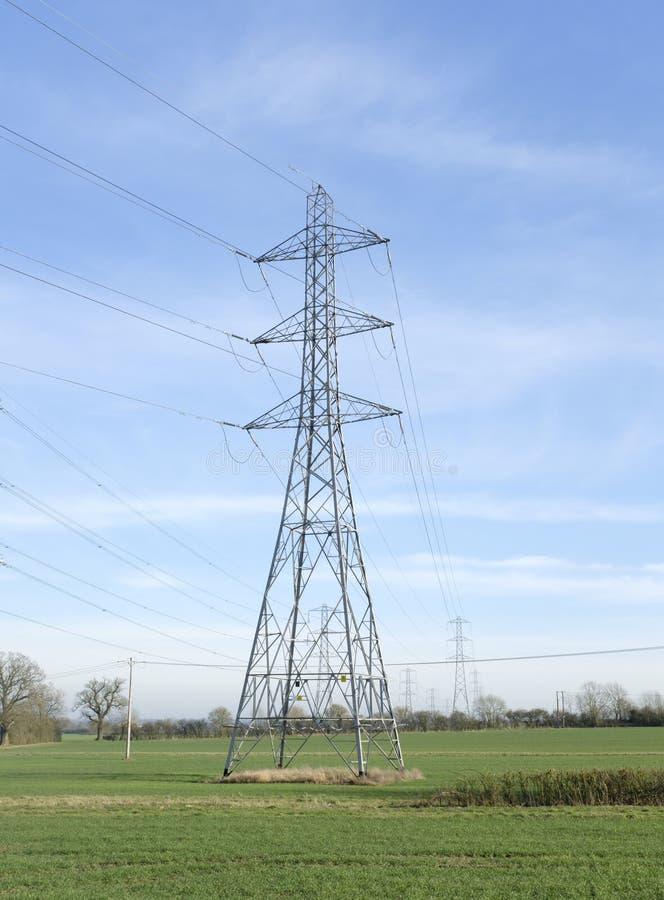 电定向塔在农村英国 免版税库存照片