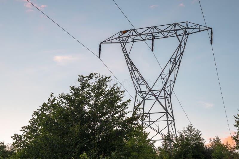 电定向塔的看法在日落的 免版税库存图片