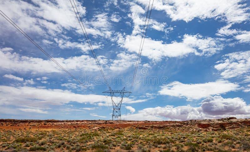 电定向塔,输电在沙漠,美国 免版税库存图片