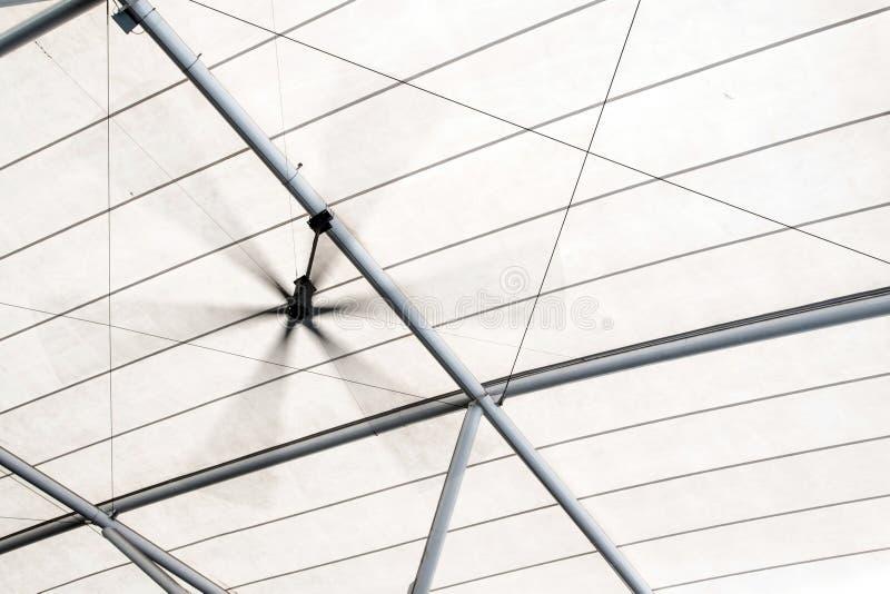 电屋顶通风机和白色帆布屋顶 库存照片