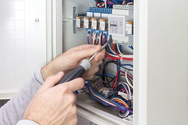 电工在一个电子盘区的工作 免版税图库摄影