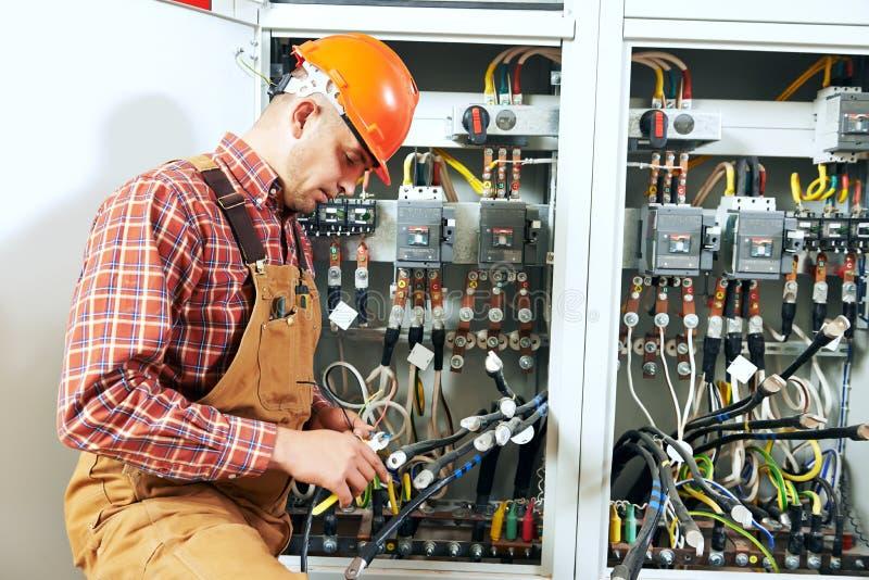 电工在接线工作 图库摄影