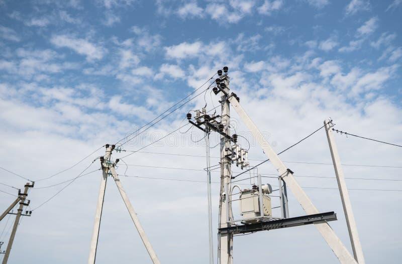 电工在输电线的钢缆 电概念,高压输电线驻地的关闭 高压 免版税库存照片