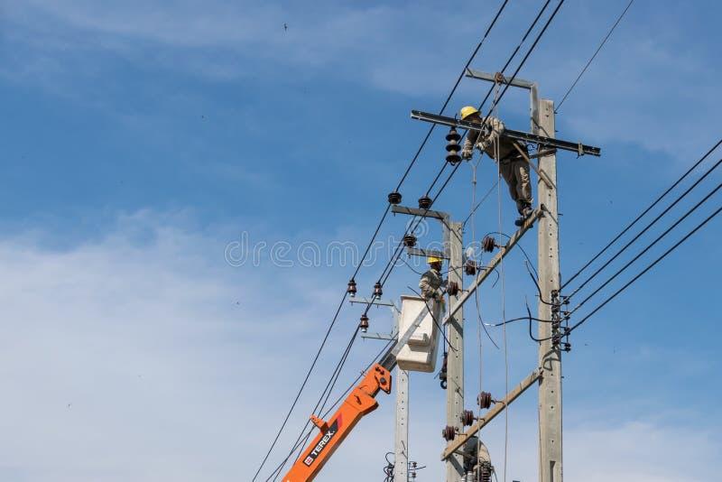 电工工作修理输电线 免版税库存照片