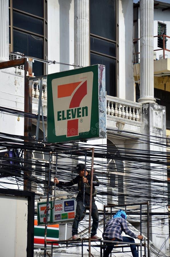 电工工作者在电岗位电源杆的上升的工作 免版税库存照片