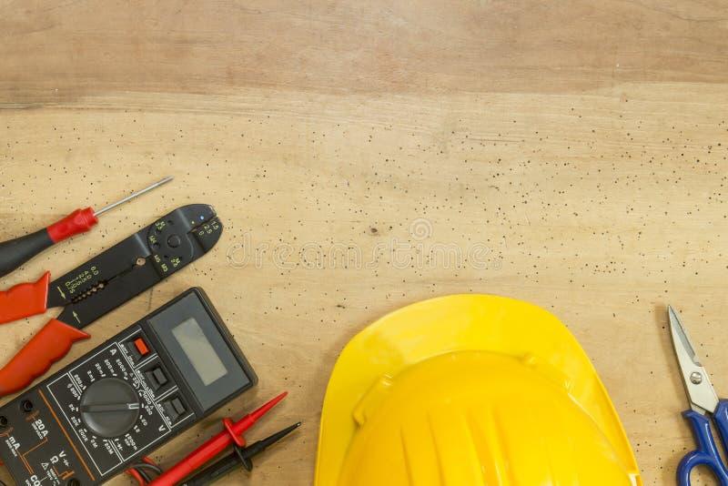 电工工具、组分和仪器在木背景 库存图片