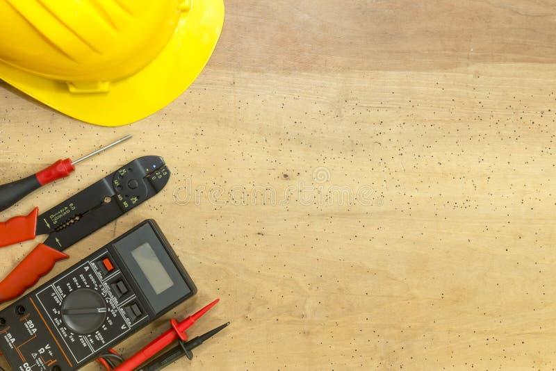 电工工具、组分和仪器在木背景 免版税图库摄影