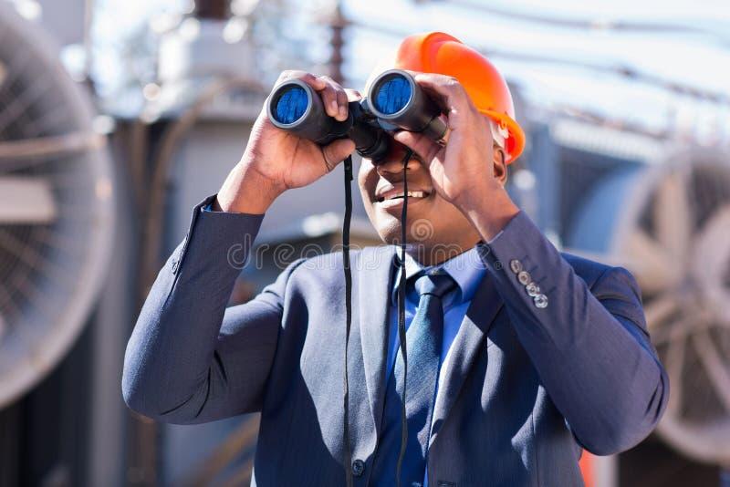 电工工程师双筒望远镜 图库摄影