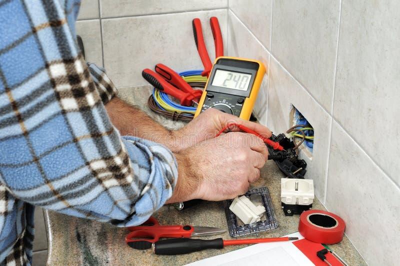 电工技术员在住宅电系统的工作 库存照片