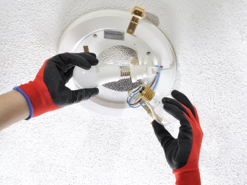 电工技术员在住宅电系统的工作 免版税图库摄影