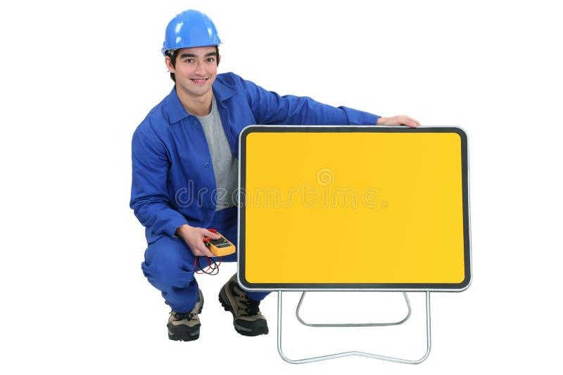 年轻电工摆在 免版税库存照片