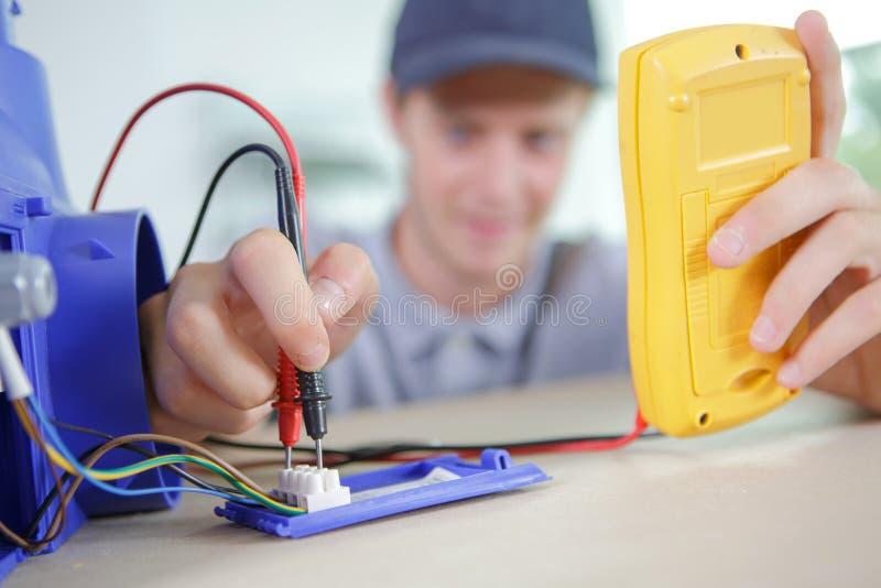 年轻电工测试流程 免版税库存图片