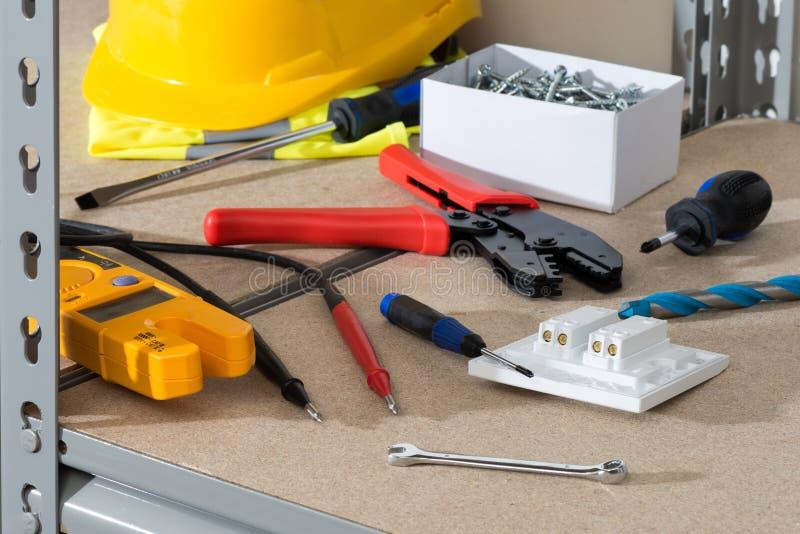 电工` s工具和供应在黄柏隐蔽的棚架 库存照片