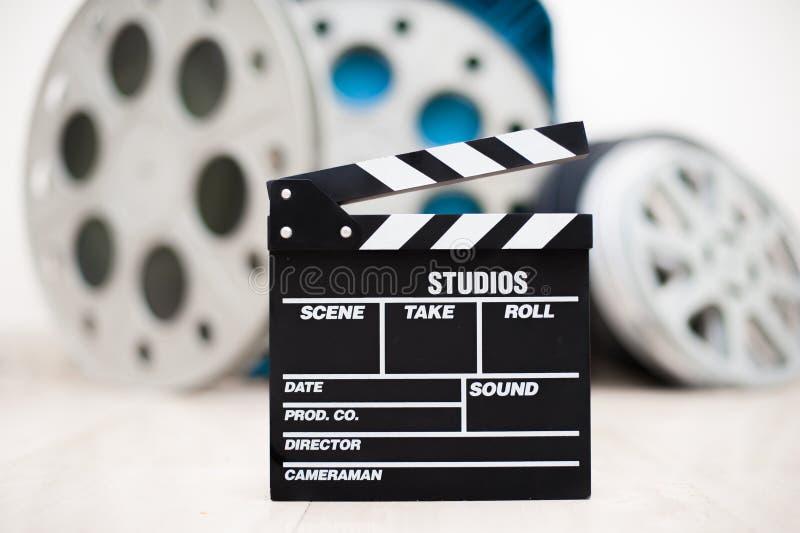 电影与电影的拍板特写镜头在背景中卷 库存照片