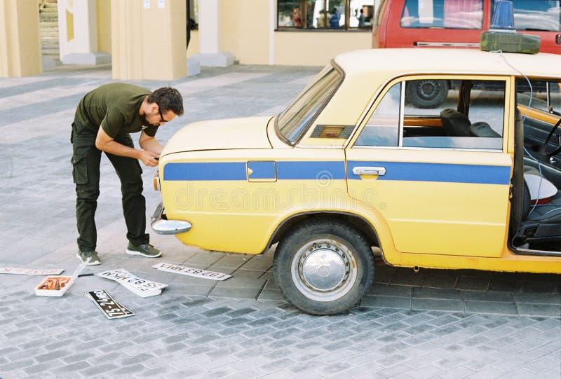 电影制造过程的改变的汽车板材,作为也去的偷车贼的概念银行盗案或绑架 库存照片