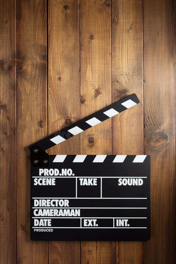 电影在木背景的拍板 免版税图库摄影