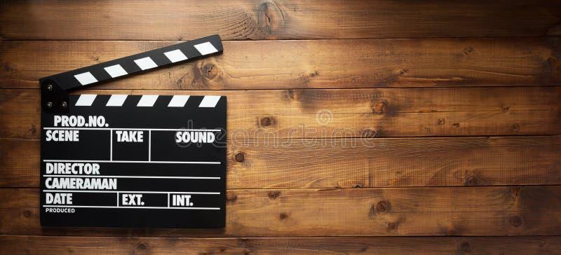电影在木背景的拍板 免版税库存图片