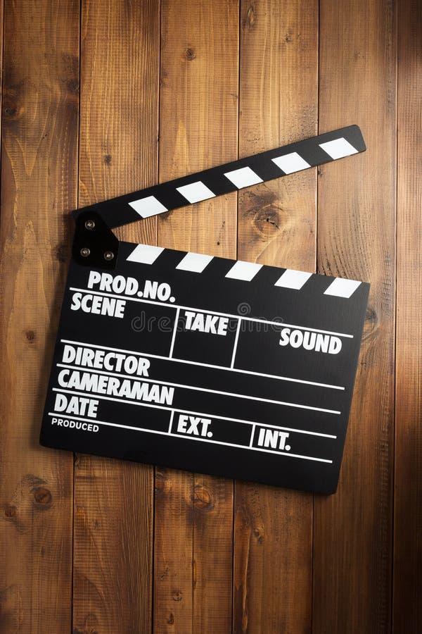 电影在木背景的拍板 免版税库存照片