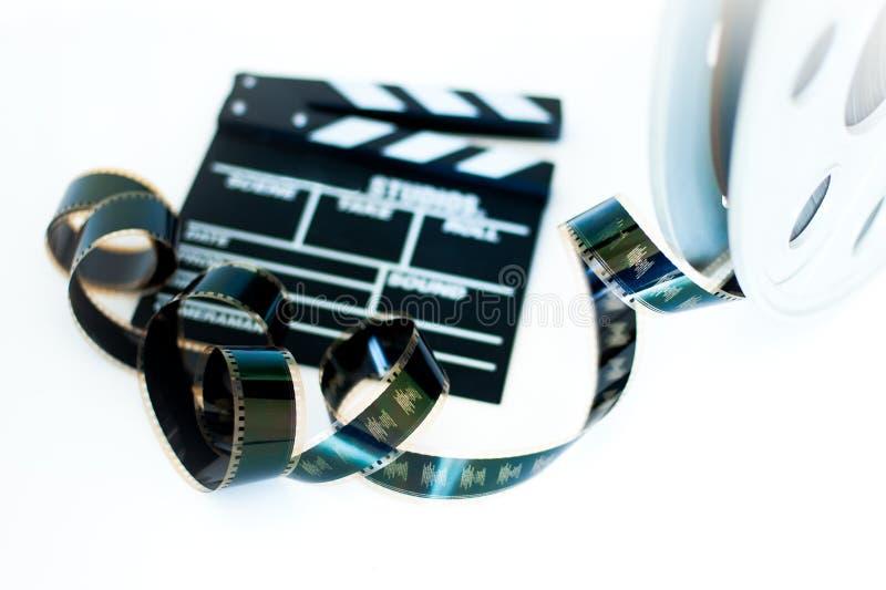 电影拍板和葡萄酒35 mm影片在白色的戏院卷轴 库存图片