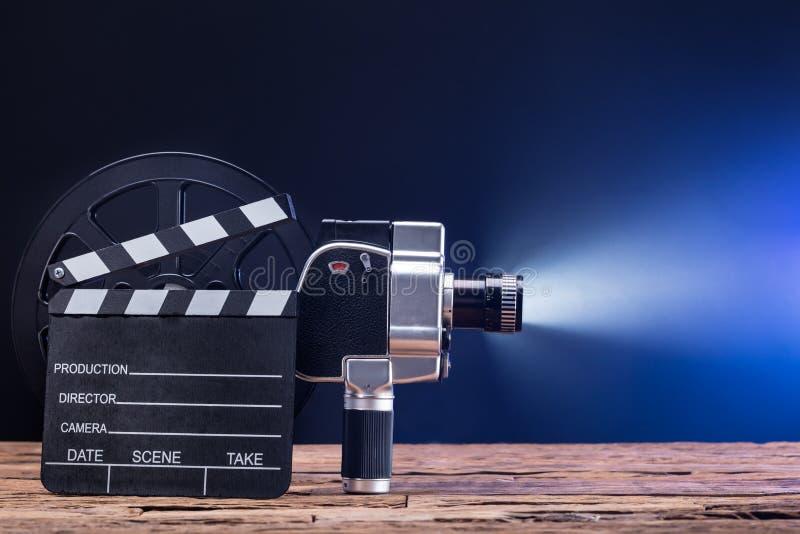 电影摄影机特写镜头与影片轴和拍板的 库存图片