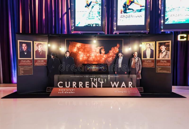 电影的一个美丽的站着看的人叫当前战争显示在戏院宣传电影 图库摄影