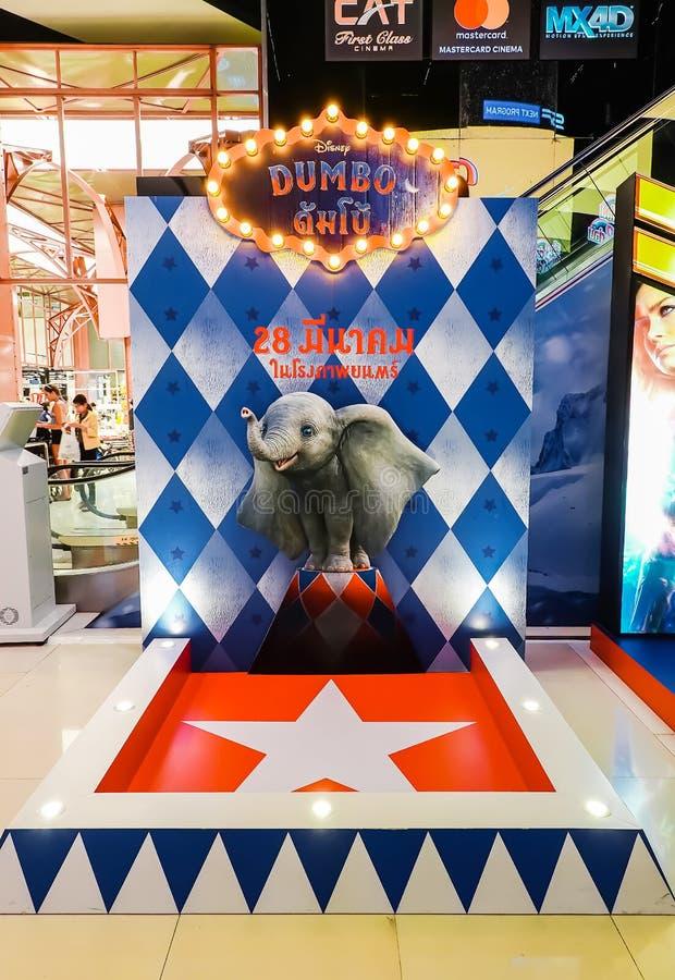 电影的美丽的站着看的人纸板叫Dumbo显示在戏院宣传电影 免版税库存照片