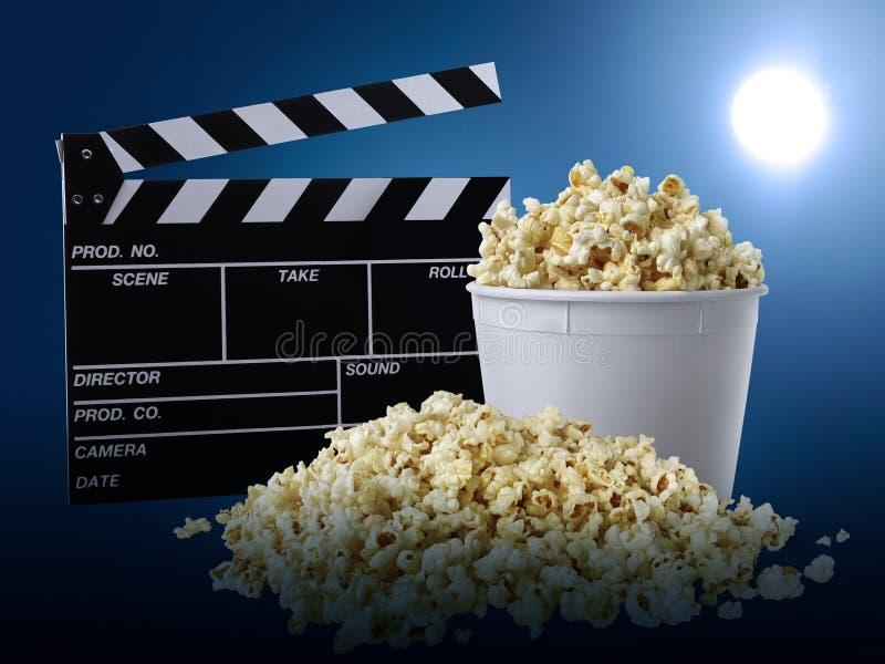 电影clapperboard和玉米花在蓝色背景 库存照片