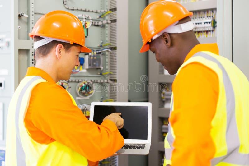 电机工程师便携式计算机 免版税库存照片