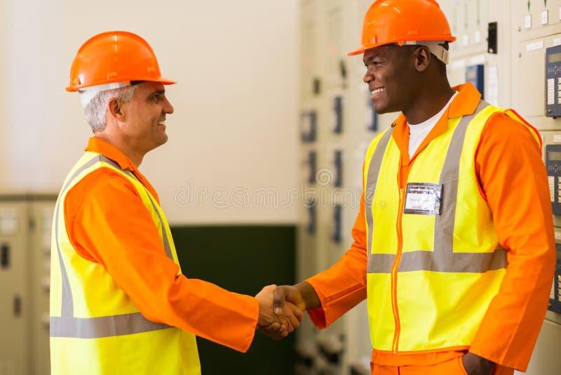 电机工程师握手 免版税库存图片