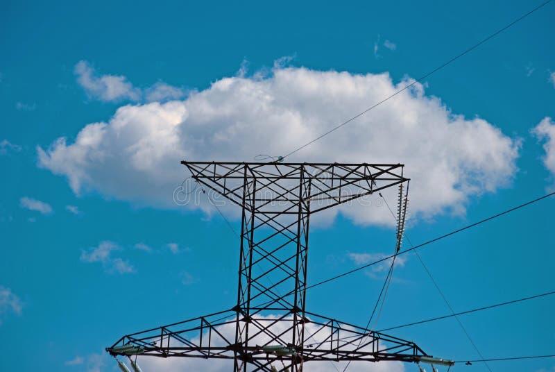 电杆、导线和天空与云彩 免版税库存照片