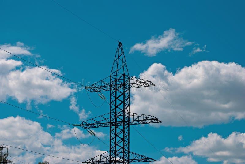 电杆、导线和天空与云彩2 免版税库存图片