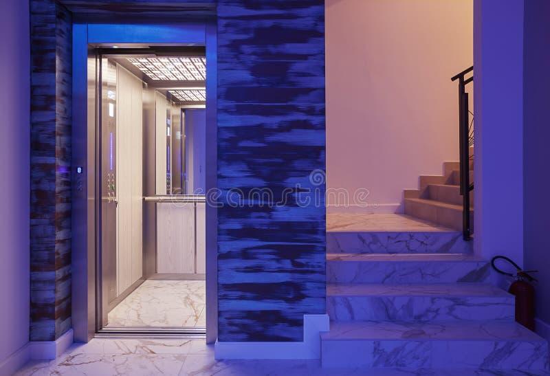 电梯和台阶在旅馆里 免版税库存照片