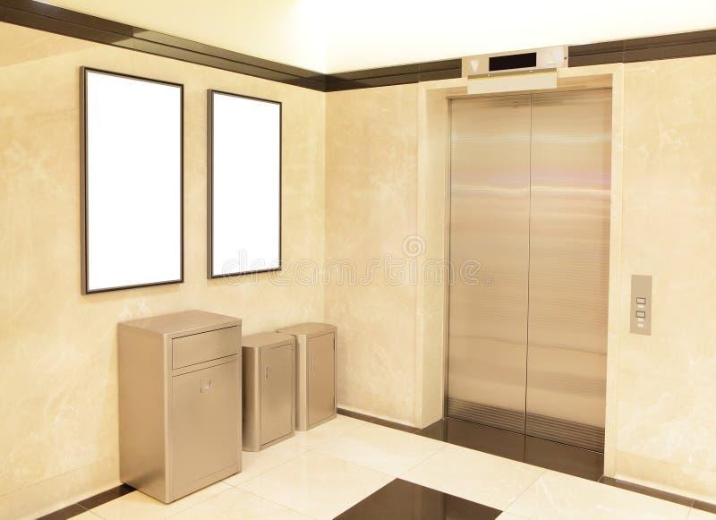 电梯和空白的广告牌 库存图片