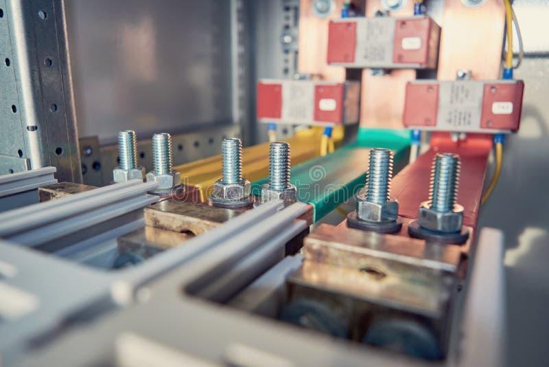 电母线被连接到自动开关由一被闩上的连接 免版税图库摄影