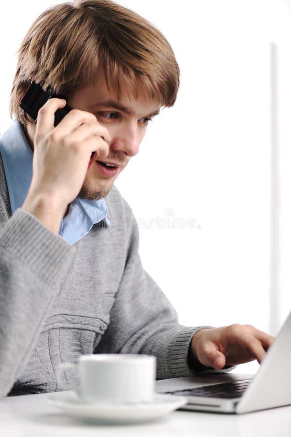 电池人电话告诉的年轻人 免版税库存图片