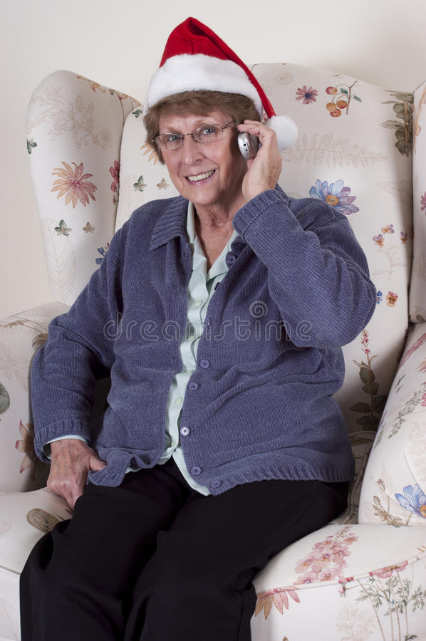 电池圣诞节成熟电话高级谈话妇女 免版税库存照片