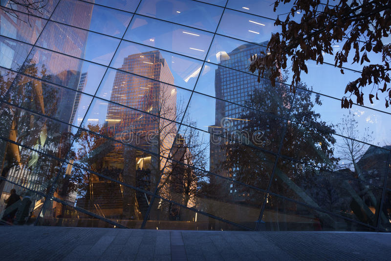 电池帕克摩天大楼由反射在g的落日点燃了 免版税库存图片