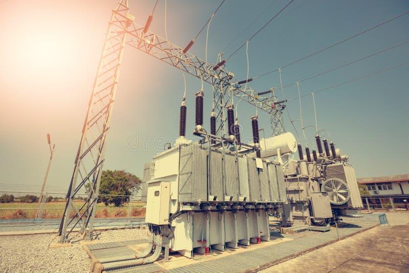 电源变压器被安装在发电站 转换压力的服务适用 免版税图库摄影