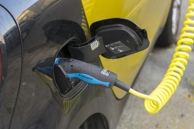 电源接通现代电车电池 免版税库存照片