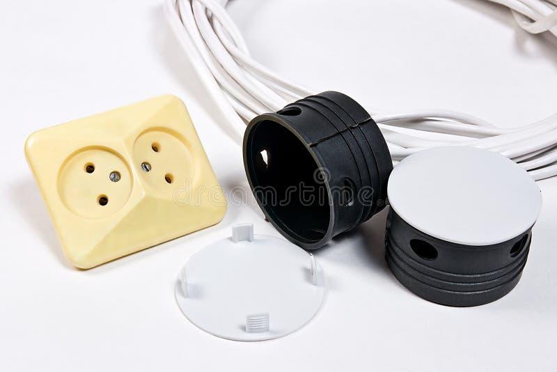 电源插座和电缆白色表面上 免版税库存图片