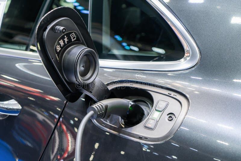 电源连接到充电的电动车到电池 是的充电的技术产业运输 免版税库存图片